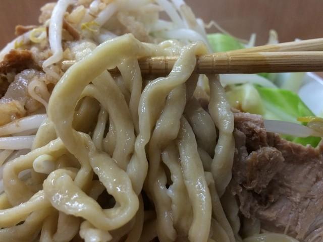 ラーメン荘 歴史を刻め 寺田町店 - 縮れた極太平打ち麺。
