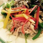 33768017 - 野菜ソムリエのチョイスする、新鮮で美味しいサラダ。チキン、シーフード、キノコ和えなども。ドレッシングもたくさん。