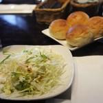 33775558 - ランチのパンとサラダ