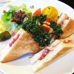 マルディグラ - コンビーフチーズ (グリーンサラダ、カボチャサラダ付き)