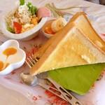 Cafe FLAT - トースト・バターのセット