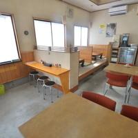 丼の芝楽 - テーブル(4席)1テーブル(3席)1小上がり(4席)2