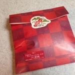 33787317 - 包装紙の裏には、お正月らしい松竹梅の貼紙