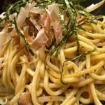 ウラニワ - ぱっちん焼きそば 鳥肉と醤油
