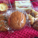 Bakery Genki - カレーパン、サンドウィッチ、マカダミアナッツと角切りチョコパン、ミニクロワッサン、チーズタルトデニッシュ