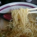 蓬莱 - 2014年12月 ラーメン大盛り 麺持ち上げ