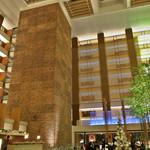 ストリングスホテル東京インターコンチネンタル - 照明も鮮やかな、吹き抜きの空間です。