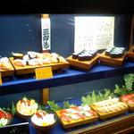 三好寿司 - お店の外には料理のディスプレイがあり安心して入れる