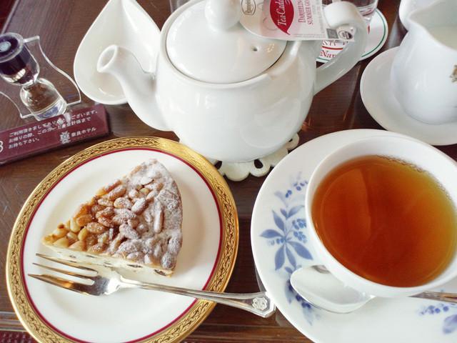 奈良ホテル ティーラウンジ - ケーキセット1544円。ダージリンと松の実ケーキ(2014.12)