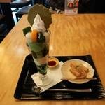 伊藤久右衛門 - 『抹茶パフェとわらび餅』(972円)!このお店の一番人気『抹茶パフェ』と『わらび餅』のセット~♪(^o^)丿