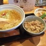 つなぎ亭 - 京橋の隠れ家的なラーメン屋!!フラッと食べログを見ずに入ったのですが、とても美味しかったです!!出汁がすごくさっぱりしていて食べやすく、セットでつけた炊き込みご飯が絶品でした!!