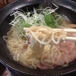 麺や 西や - 鶏魚介塩<細麺>(750円)麺リフト