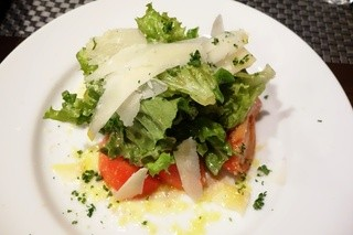 トラットリア イル レガーロ - フルーツトマトのサラダ850円