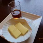33823623 - フレンチトーストに添えられた、バターとメープルシロップ