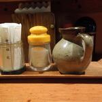 とん松 - 卓上には自家製ソース