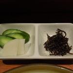 とん松 - 漬物2種類と昆布の佃煮