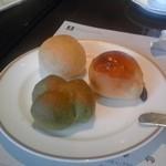 33833389 - 胚芽パン(左上)、チーズパン(右上)、よもぎパン(下)