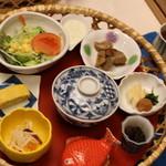 望水 - 朝ご飯の一部。直径50センチくらいのお盆が竹細工のざるのような入れ物にはいってます