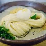 さぬきうどん こも庵 - 「ぶっかけうどん」綺麗に畳まれた艶やかな太麺