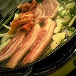 3384077 - サムギョプサル2人前3000円 焼いた後に野菜に巻いて食べる。