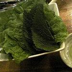 3384079 - サムギョプサルの野菜。サンチュとゴマの葉、味噌とオリーブオイルが薬味よん。