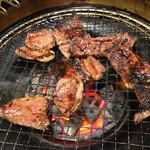 焼肉 KUTARO - ハサミでカット