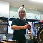 33847985 - 陽気な店主!クリスマス前にて、七面鳥とのことだが、どう見ても鶏(笑)