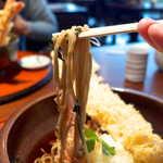 三八屋 - 蕎麦は平打ち麺のような感じ。やや柔らかめだが、決して軟弱ではない