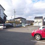 三八屋 - 広々とした駐車場。停めやすくて安心だ