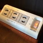 ベルファン - 各テーブルに充電器があります。コレは嬉しい〜♪