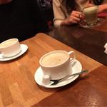 猿カフェ - アメリカンのホットと抹茶ラテのホット