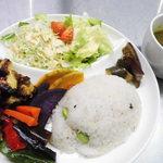 飛鳥カリーカフェ - 当店オリジナル旨辛チキンと季節の明日香産野菜がたっぷりの限定数ランチ。カレースープもついてます。
