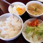 麗人飯店 - ライス・サラダ・スープ・漬物・デザート
