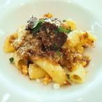 リストランテ ウミリア - 鴨肉の白ワイン煮と牛肉の赤ワイン煮の二色のラグーソース リガトーニ