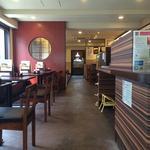 山本屋 - 店舗中央部 ゆったりしたテーブル席