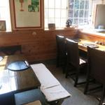 霧島そば處かわぐち - カウンターとテーブル1席の小さなお店。