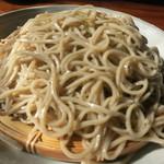 33865963 - 蕎麦は蕎麦粉と水のみなのにしっかり繋がっている。そばつゆは関東と九州の中間くらいの甘さ。