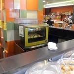 BistroW - 朝食会場、クロワッサン焼いてます