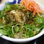 松屋 - 黒胡麻焙煎七味をかけたプレミアねぎたま牛丼大盛り