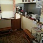 フライドキッチントリノ - 約2畳の待ち合いとキッズスペース