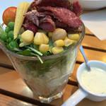 33896052 - 彩りも鮮やかな正に今っぽいグラスに盛り付けられたパストラミビーフサラダ。13品目の野菜がいっぱい。
