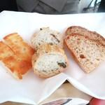 ハインツ・ベック - 自家製パン  ピッツァ黒オリーブとポレンタのパン  パン・ド・カンパーニュ