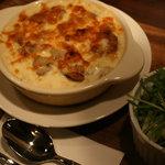 クロスロードカフェ - 「チキンドリア」。道産の小麦粉(ゆきんこ)、コクのある牛乳(まちむら農場)、発酵バターでソースを作り、チーズをたっぷりのせた優しい味のドリアです。