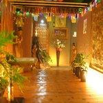 タイ料理 クルンテープ - ホールまで続く長~い廊下にはタイの民芸品!