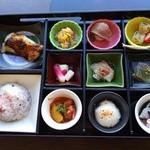33902200 - 『松花堂ランチ』!色とりどりの器に入った味とりどりの11種類の料理~♪(^o^)丿