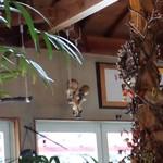 キッチン四季 - 植物とドライフラワーがいっぱいで、人形がブランコ乗ってる