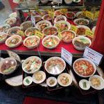 東魁楼 - 店頭の食品サンプル群