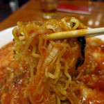 東魁楼 - しっかり辛いエビチリが中細麺に絡む