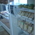 33905489 - サンド系やおにぎり、惣菜系もあります。
