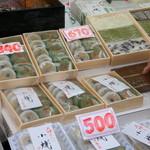 寿々屋 - 和菓子も並んでいます。